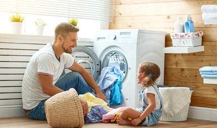 Comment hommes et femmes se répartissent les tâches domestiques depuis la réforme des 35 heures