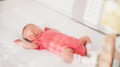 Bébé couché sur le dos