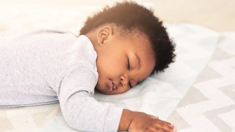 enfant noir qui dort