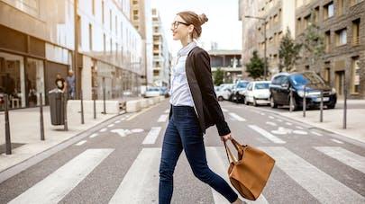 femme traversant la rue