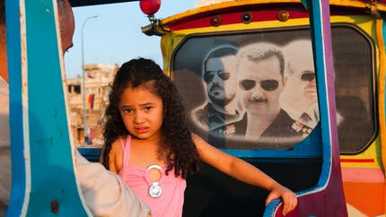 Un papa syrien invente un jeu pour distraire sa fille de 4 ans durant les bombardements (vidéo)
