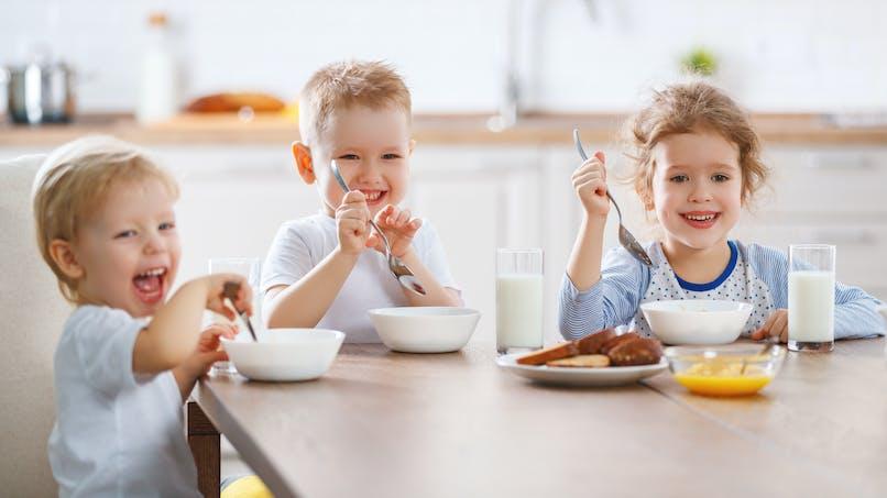 Petits-déjeuners gratuits et cantine à 1 € : le gouvernement veut étendre le dispositif