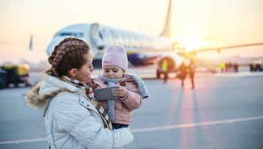 Coronavirus : un bébé qui tousse dans l'avion débarqué avec sa famille