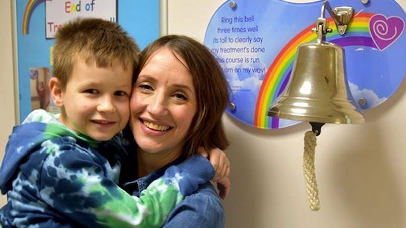 Tous deux atteints d'un cancer, cette mère et son fils ont vaincu la maladie