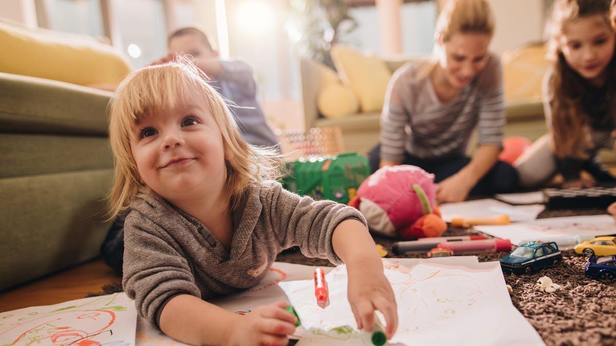 un enfant joue par terre dans un salon