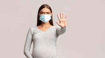 femme enceinte qui porte un masque contre le coronavirus