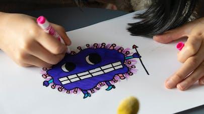 petite fille qui dessine le coronavirus