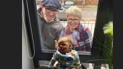 Confinement : ces grands-parents rencontrent leur petit-fils à travers une fenêtre