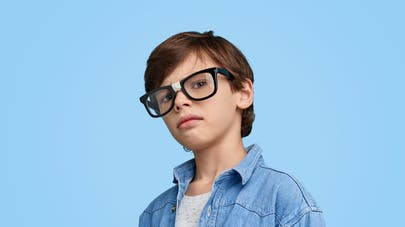 enfant et lunettes cassées