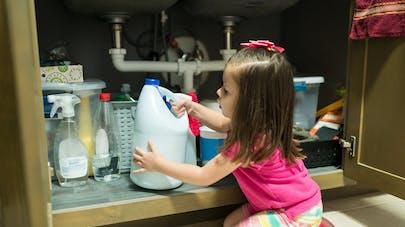 enfant et produit ménager