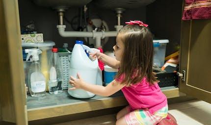 Accidents domestiques: avec le confinement, redoublez de vigilance sur les produits ménagers!
