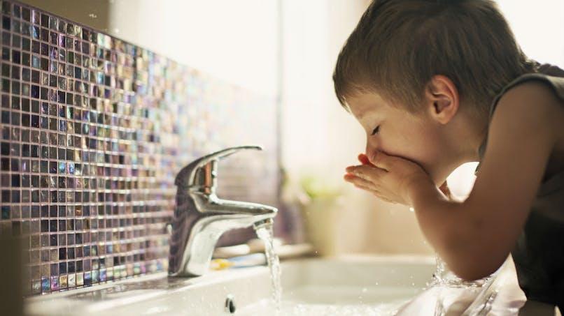 Coronavirus: peut-on toujours boire l'eau du robinet?