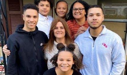 Coronavirus : une mère dit adieu à ses enfants par talkie-walkie