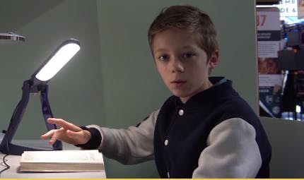 Dyslexie : Lexilight, une lampe qui facilite la lecture, prêtée pendant le confinement