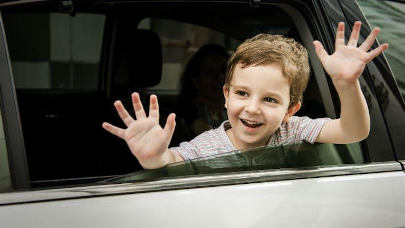 garçons dans une voiture