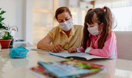 École à la maison : combien de temps les parents consacrent-ils aux devoirs ?