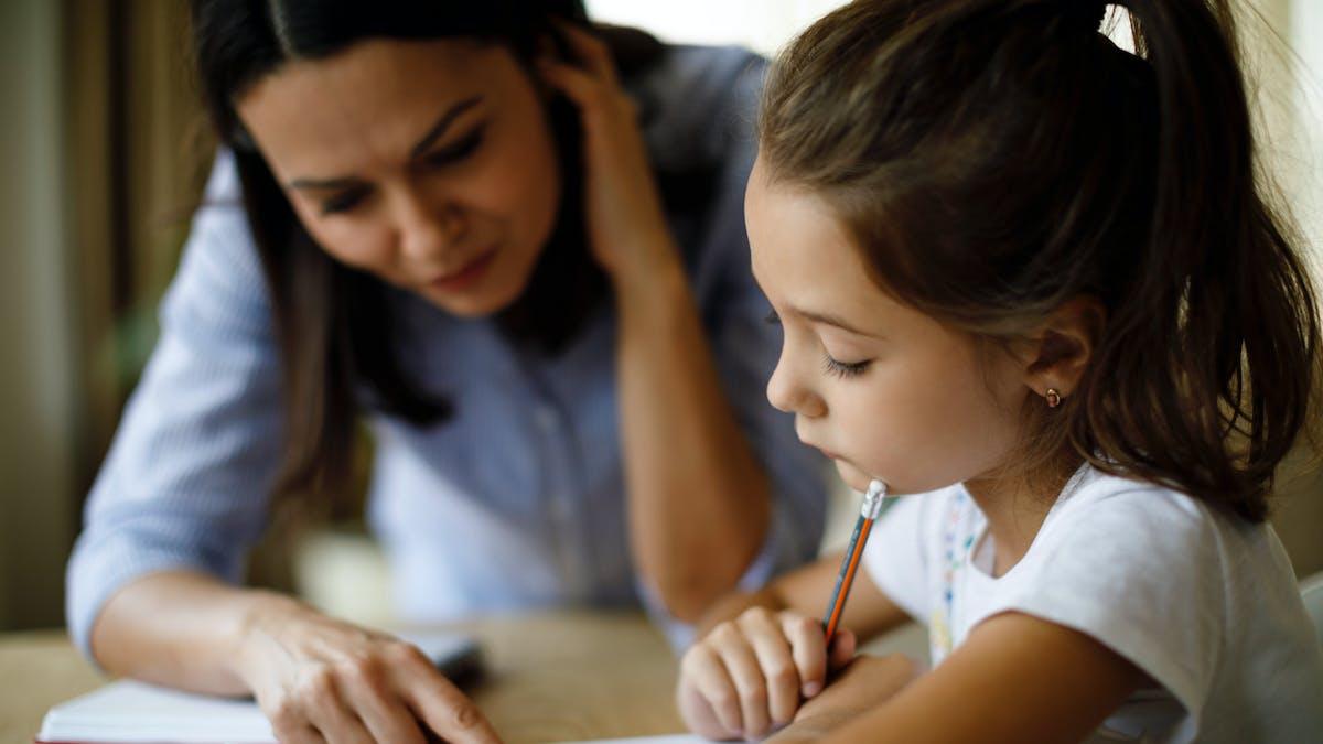mère et enfant lisant