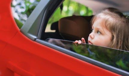 Mon enfant est malade en voiture, pourquoi et que faire ?