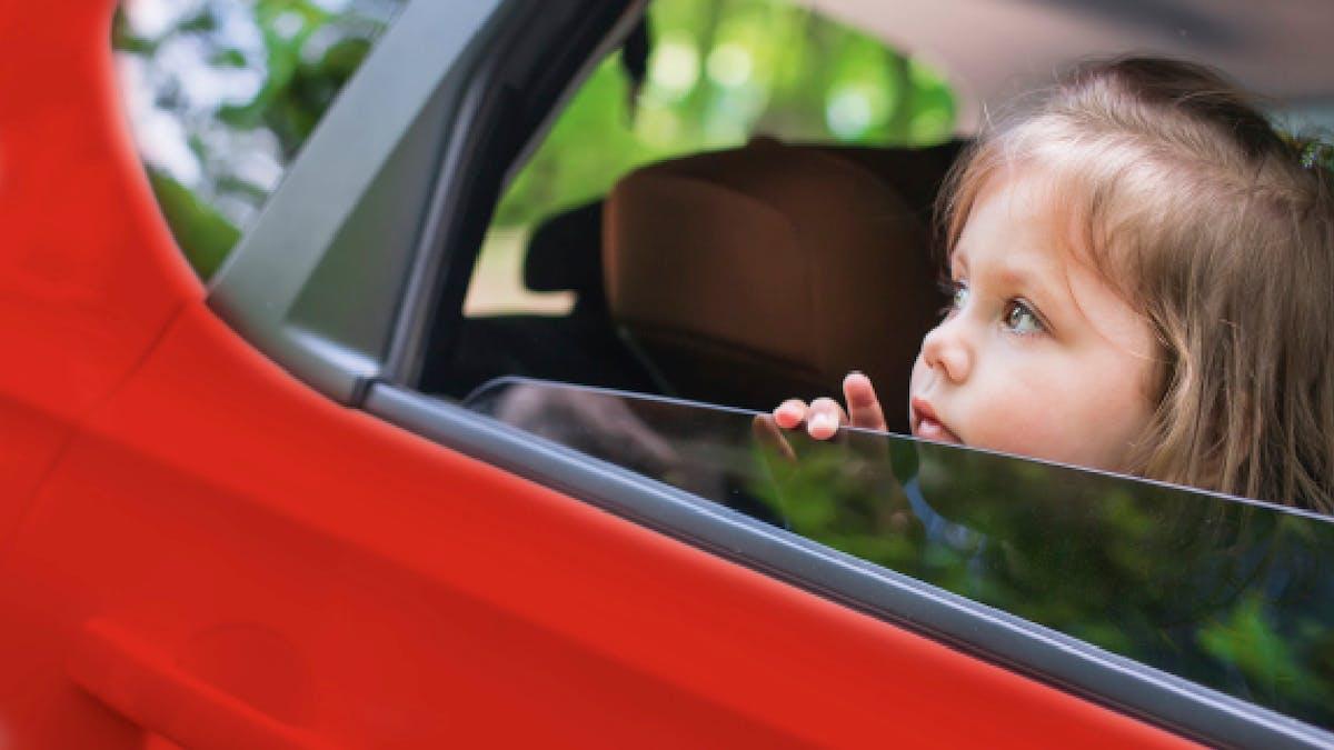 enfant dans une voiture