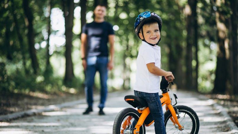 garçon sur son vélo