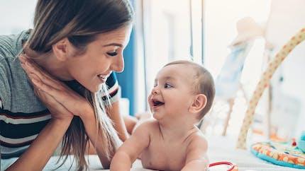 Pourquoi le temps passé sur le ventre est important pour le développement moteur de bébé