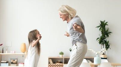 petite fille et grand mère