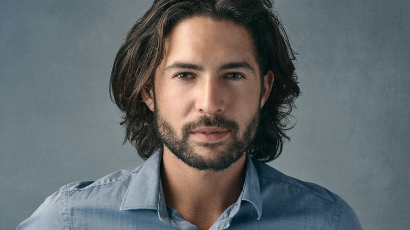 Hommes : le confinement a-t-il lancé la tendance des cheveux longs?