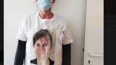 Educateur et visage sur son tee-shirt