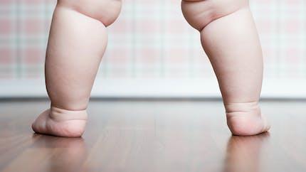 Ce bébé réussit à se tenir debout dès l'âge de 2 mois !