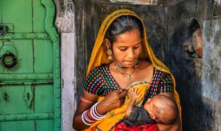 Inde : une femme accouche, puis parcourt 160 km à pied avec son bébé