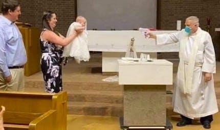 Par précaution, ce prêtre baptise un bébé avec… un pistolet à eau !