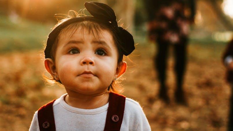 petite fille dans un chemin