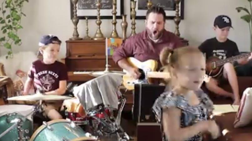 Confinée : une famille de 3 enfants déchaîne la toile avec sa reprise des Beatles