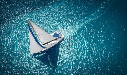 Accouchement : prise de contractions en pleine mer, elle accouche sur le voilier