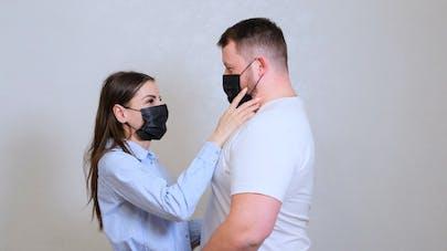 couple portant un masque
