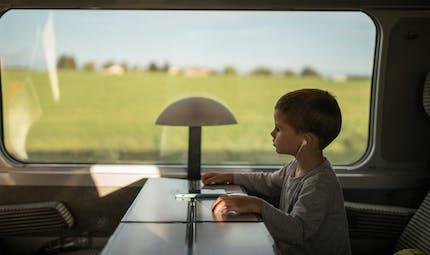 Train et avion : quelles sont les règles sanitaires pour les enfants voyageant seuls ?