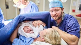 Accouchement : une maternité propose des lits doubles pour les parents