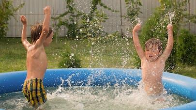 enfants et piscine gonflable