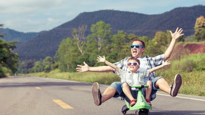 père et fils jouant sur la route