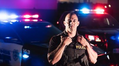 États-Unis : les images impressionnantes d'un policier sauvant un bébé de 3 semaines de l'étouffement