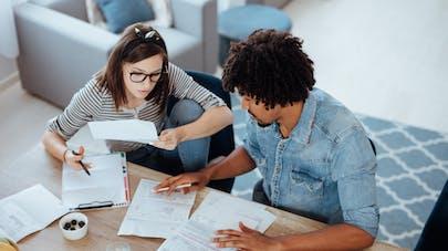 couple qui examine des factures