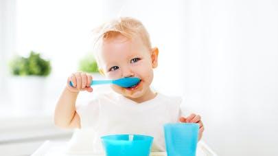 bébé mangeant seul