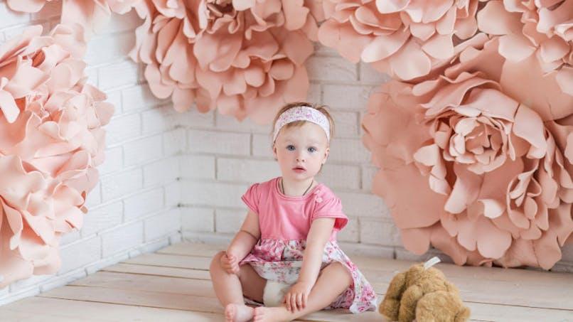 fillette habillée en rose