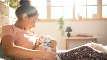 """Des chercheurs découvrent la """"molécule en or"""" du lait maternel (étude)"""
