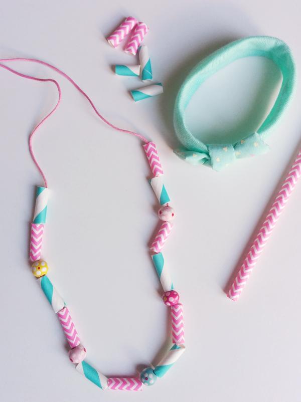 Atelier bijoux avec de jolies pailles
