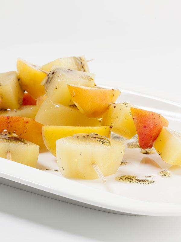 Brochettes de kiwi Zespri® SunGold et d'autres fruits à la vanille