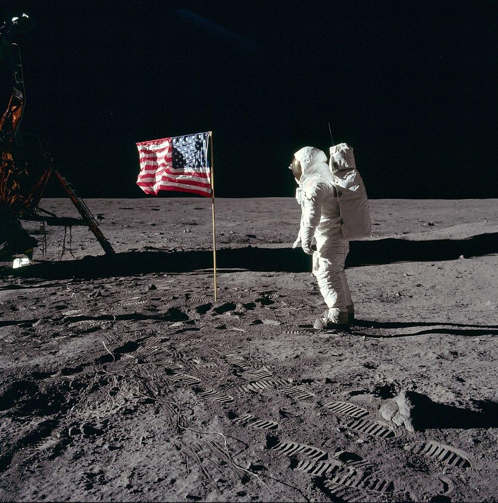 Buzz Aldrin près du drapeau américain