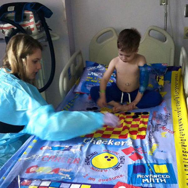 papa crée draps pour lit d'hôpital en plateaux de jeux de société