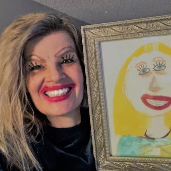 Cette maman pose avec humour à côté du portrait dessiné par sa fille !