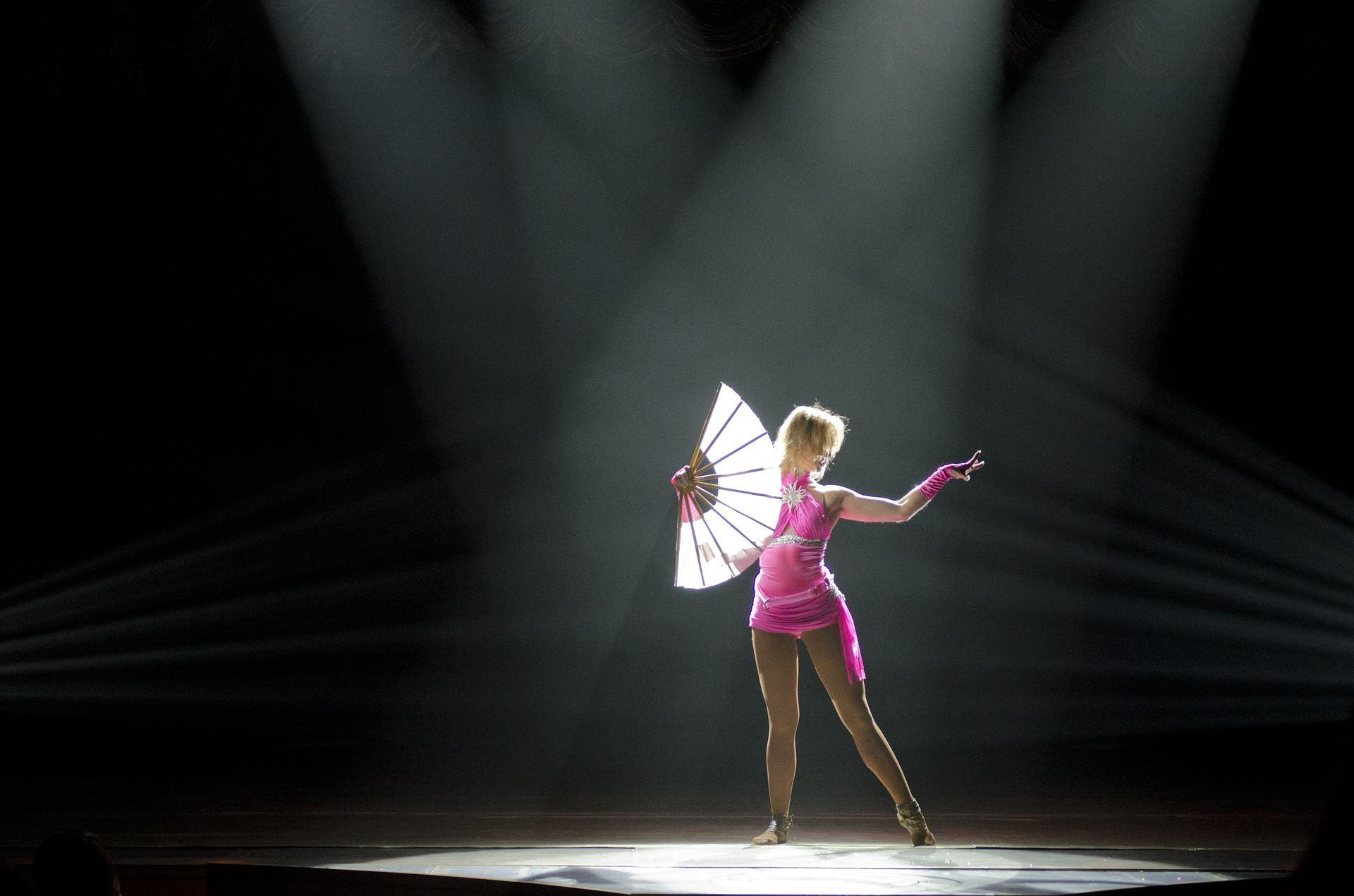 Danseuse dans un spectacle de cirque